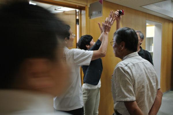 「全員入れろ」「市民会館があるじゃろうが」。市民たちは傍聴希望者を絞る市議会に怒った。そのうちの一人が写真を撮ろうとすると、職員が手で塞いだ。=6日、今治市役所 撮影:取材班=
