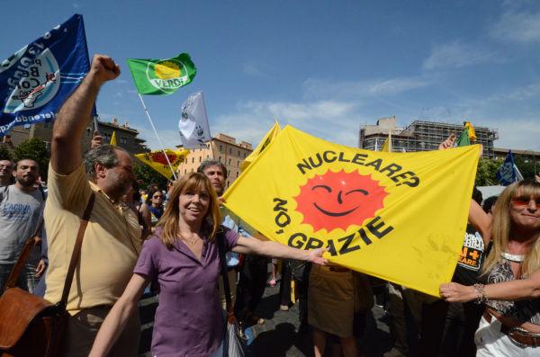 国民投票の結果、「原発建設不可」が決まり、喜ぶ市民。=2011年6月、ローマ 撮影:筆者=