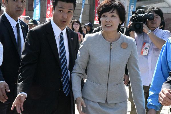 待ち構えていた山本議員と黒川候補者を見て、昭惠夫人は一瞬だが、明らかに固まった。=10日、下関市 撮影:筆者=