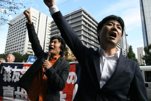 「税金ドロボーを許さないぞ」・・・市民団体は文科省に向かって抗議の声をあげた。=1日、霞が関 撮影:筆者=