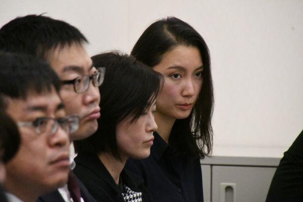 詩織さん(奥)は警察庁に対するヒアリングを傍聴席の最後列から見つめた。=6日、参院会館 撮影:筆者=