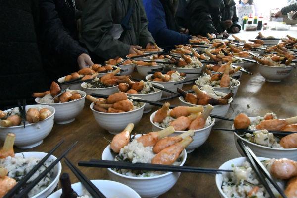 この日の夕食はエビのすり身の揚げ物が載った雑炊だった。=30日、渋谷区役所前 撮影:筆者=