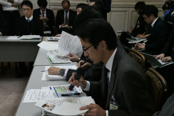 内閣府のキャリア官僚は「諮問会議メンバーは事務的に選んだ」と回答したが、思わず手振りが大きくなった。=7日、国会内 撮影:筆者=