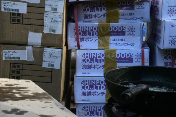 築地の仲卸業者からの差し入れが大量に届いた。=30日、渋谷区役所前 撮影:筆者=