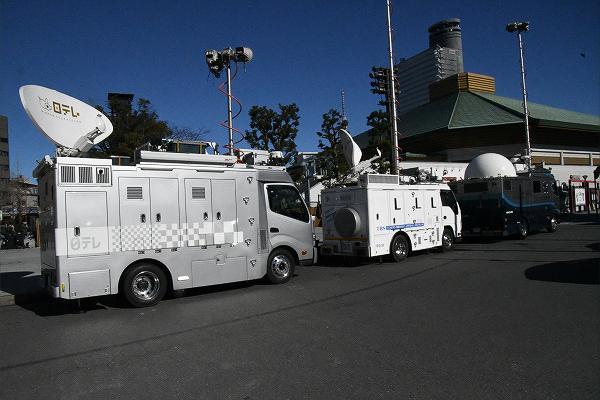 テレビは連日、朝から晩まで日馬富士暴行事件を報道するが、事の本質には踏み込まない。本質が何なのかも分かっていないようだ。=28日、両国国技館前 撮影:筆者=