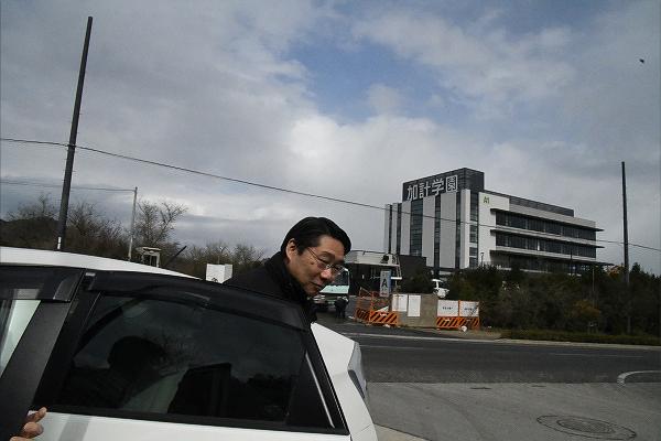 空港に出迎えた主催者の車から降り立った前川氏。白のプリウスが氏には似合っていた。いかめしい黒塗りのハイヤーではなかった。=3日、今治市いこいの丘 撮影:田中龍作=