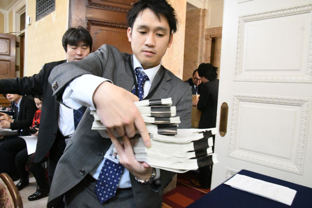 財務省から届いた決裁文書を配布する野党の党職員たち。4冊で1セットだ。=8日午前9時10分頃、衆院第16控室 撮影:筆者=