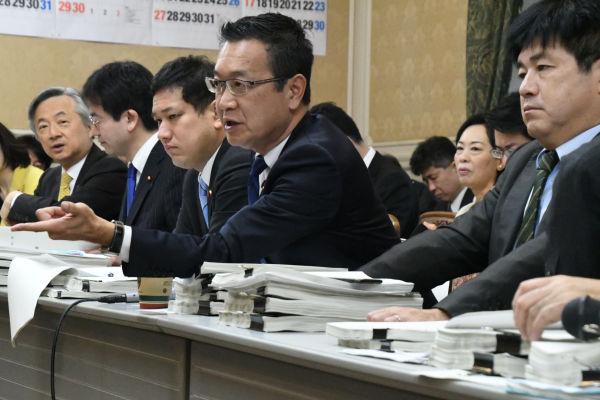 「大阪地検に提出したのはいつか?」検察に提出した決裁文書も改ざんされていた可能性があるため、川内博史議員(立民)が質した。=8日午前9時10分頃、衆院第16控室 撮影:筆者=