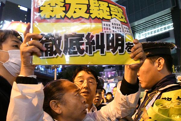 昨秋の総選挙で、男性は安倍首相の演説会場で警察官から両脇を抱えられ、駅まで連れて行かれた。=昨年10月、秋葉原 撮影:筆者=