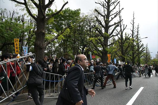 南側歩道のバリケードが決壊した瞬間。=14日、午後3時35分頃、国会議事堂前 撮影:田中龍作=