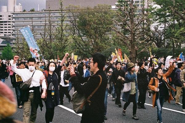 バリケードが決壊するとデモ参加者は議事堂に向かって突き進んだ。=14日、国会議事堂前 撮影:取材班=
