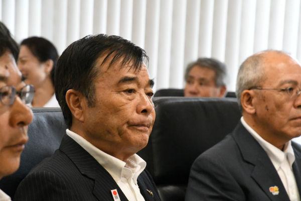 加計学園の説明会に出席した菅良二・今治市長。田中が「今のお気持ちは?」と尋ねたが無言だった。=昨年9月、今治市役所 撮影:筆者=