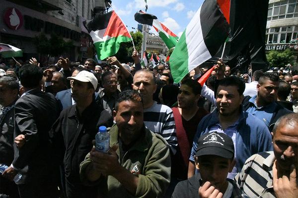 人々は洪水となってイスラエル軍が待つ国境に向かった。デモ隊の最後尾は見えない。土地を奪われ占領され続けるパレスチナ人の怒りが地響きのように聞こえた。=14日、ヤセル・アラファト広場 撮影:田中龍作=