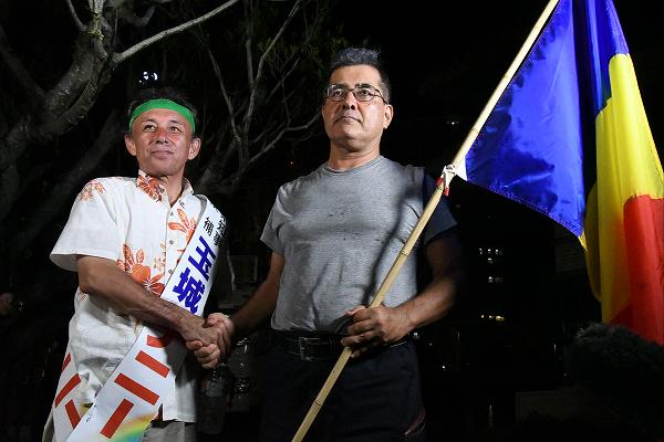 玉城デニー候補は学会員の応援を「思想信条の自由は重く受け止める」と評価した。=15日夕、那覇市内 撮影:筆者=
