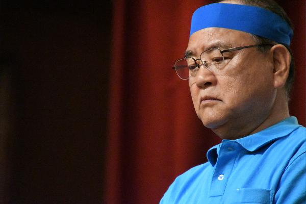 自公候補は終始うつむき、泣き出しそうな表情だった。県知事選挙で佐喜眞候補とセットで登場していた頃は、ギラギラしていたのに、別人のようになっていた。=11日夜、那覇市内のホテル 撮影:筆者=