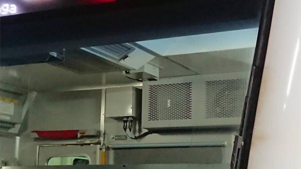運転台にも監視カメラ。中央上、丸く小さく光るのが監視カメラのレンズ。労使の信頼関係を損ねる代物だ。=JR利用者提供=