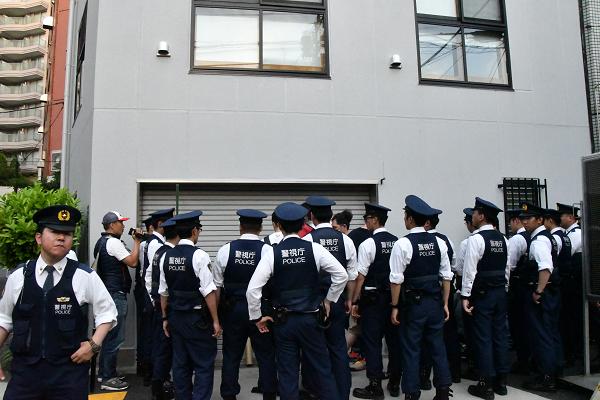 【スクープ!】安倍批判勢力を警察が予防拘禁、ただ立っていただけなのに! トランプ相撲観戦の裏で   ★2 ->画像>16枚