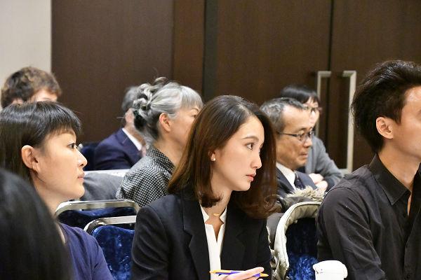 山口氏の記者会見に出席した詩織さんは、一言一句を噛み締めるように耳を傾けていた。=19日、日本外国特派員協会 撮影:田中龍作=